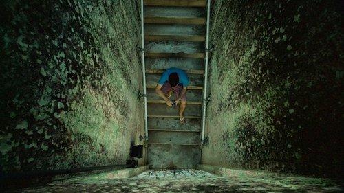 Live play menino sentado em uma escada filmado de cima