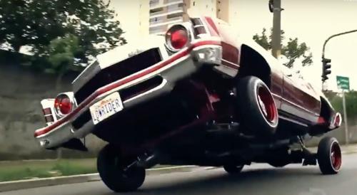 Foto de carro andando em 3 rodas