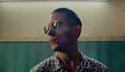 Foto home de óculos escuro