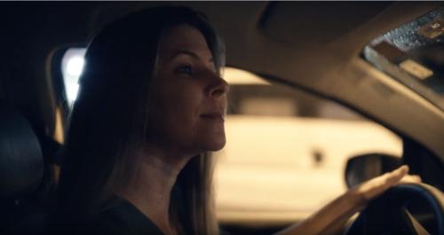Imagem de uma mulher dirigindo um carro
